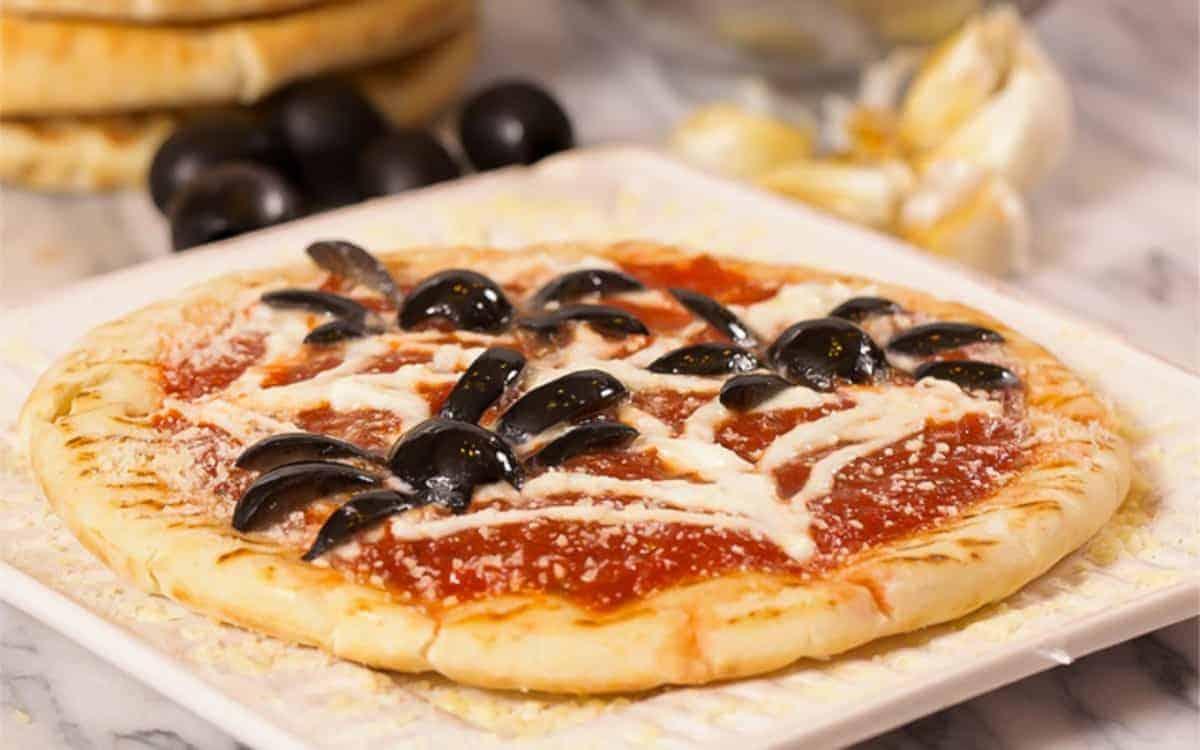 halloween pizza recipe - halloween party food - everyday southwest